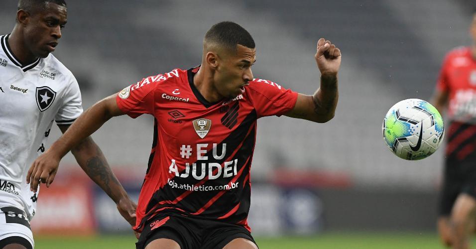 Marcelo Benevenuto e Fabinho disputam lance na partida entre Athletico e Botafogo