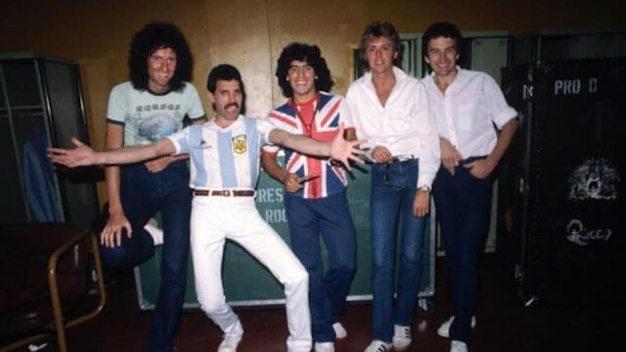 Maradona, Freddie Mercury e o Queen nos bastidores de um show na Argentina - Reprodução/Youtube oficial de Maradona