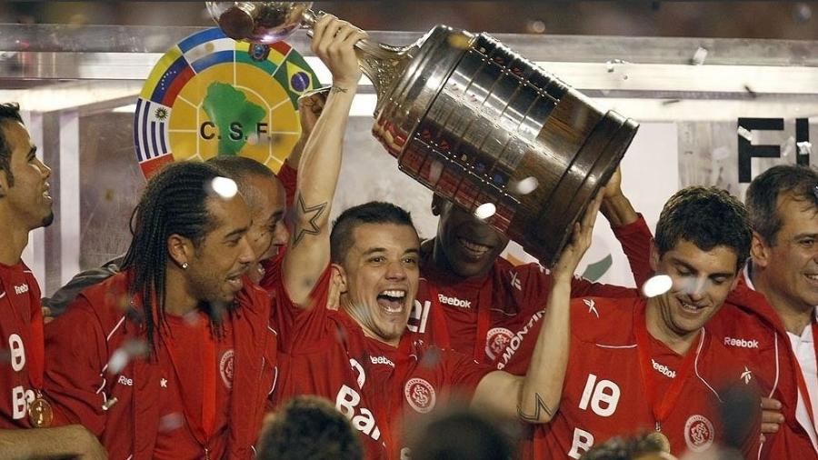 """D""""Alessandro levanta a taça de campeão da Libertadores pelo Inter - Hedeson Alves/UOL"""