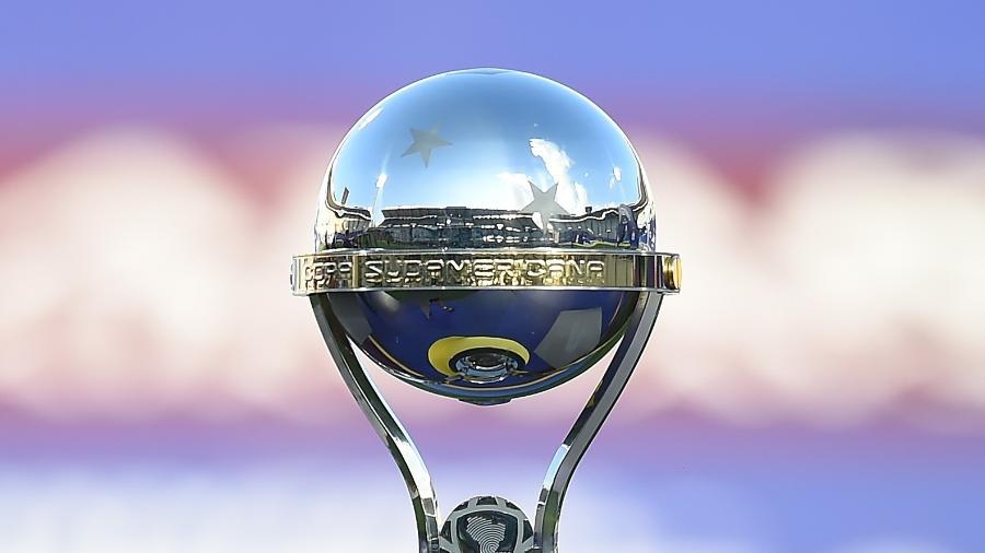 Troféu da Copa Sul-Americana exposto antes da final da edição de 2020, entre Lanús e Defensa y Justicia - Marcelo Endelli/Getty Images
