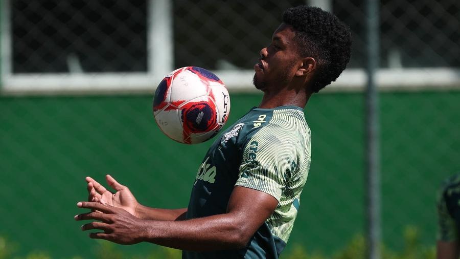 O centroavante Newton, durante treino do Palmeiras, na Academia de Futebol - Cesar Greco