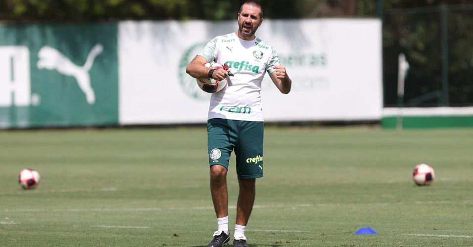Auxiliar João Martins comanda o treino do Palmeiras desta quinta-feira (25)
