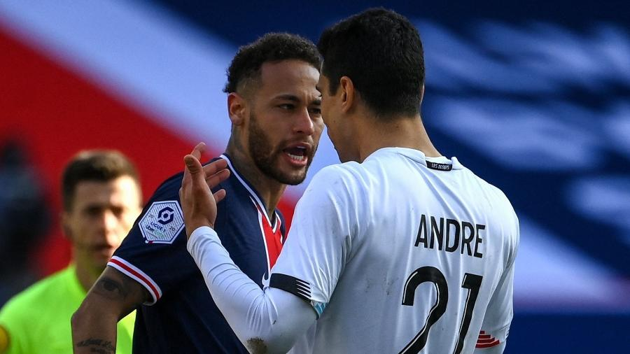 Neymar discute com Benjamin Andre durante partida entre PSG e Lille, pelo Campeonato Francês - FRANCK FIFE / AFP