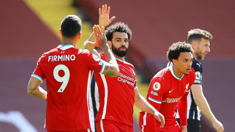 Salah comemora com Roberto Firmino após abrir o placar para o Liverpool contra o Newcastle pelo Campeonato Inglês - David Klein - Pool/Getty Images