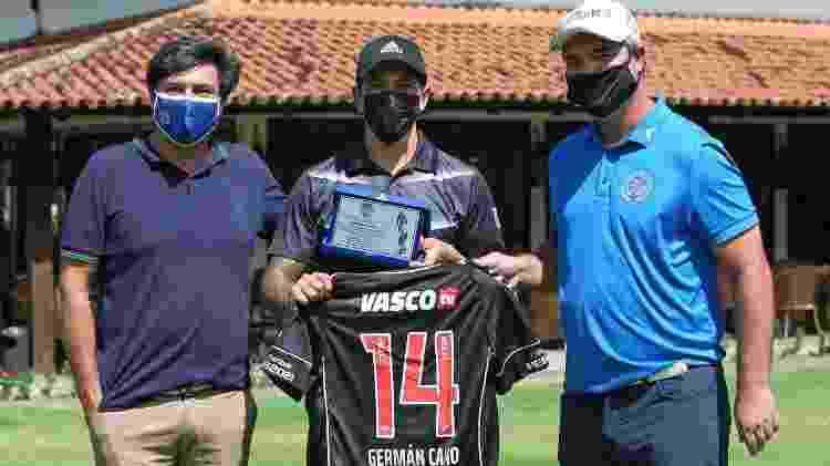 Cano ganhou uma placa da federação carioca de golfe após comemoração alusiva ao esporte no Vasco x Fla - Divulgação / FGERJ - Divulgação / FGERJ