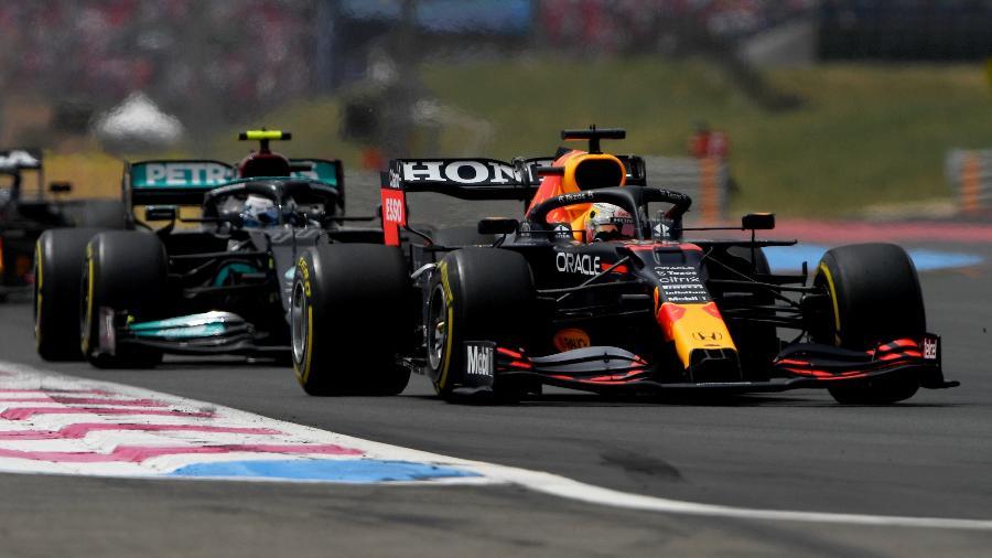 Max Verstappen à frente das Mercedes durante o GP da França - Rudy Carezzevoli/Getty Images