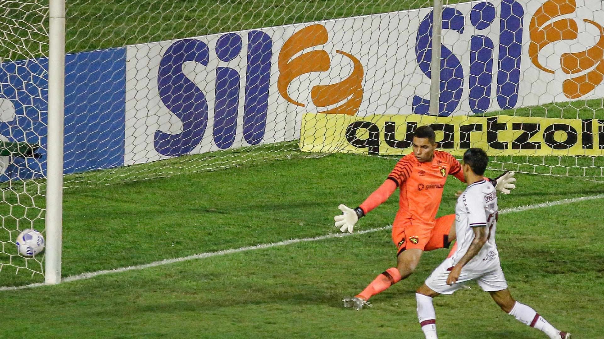 Lucca completa passe de Danilo Barcelos para fazer primeiro gol do Fluminense sobre o Sport, na Ilha do Retiro, pelo Brasileirão 2021