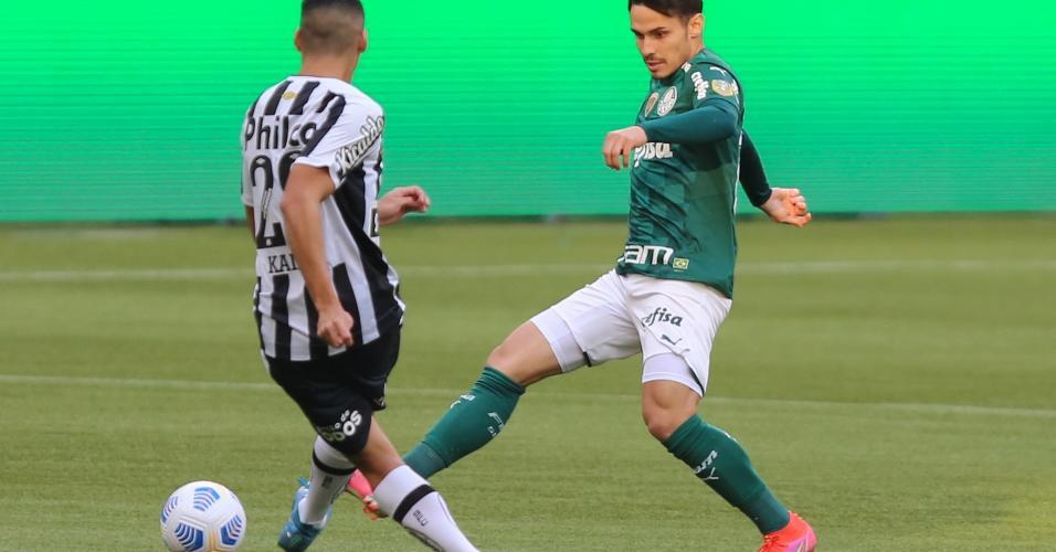 Palmeirense Raphael Veiga disputa bola com Kaiky, no clássico com o Santos, pelo Brasileirão 2021
