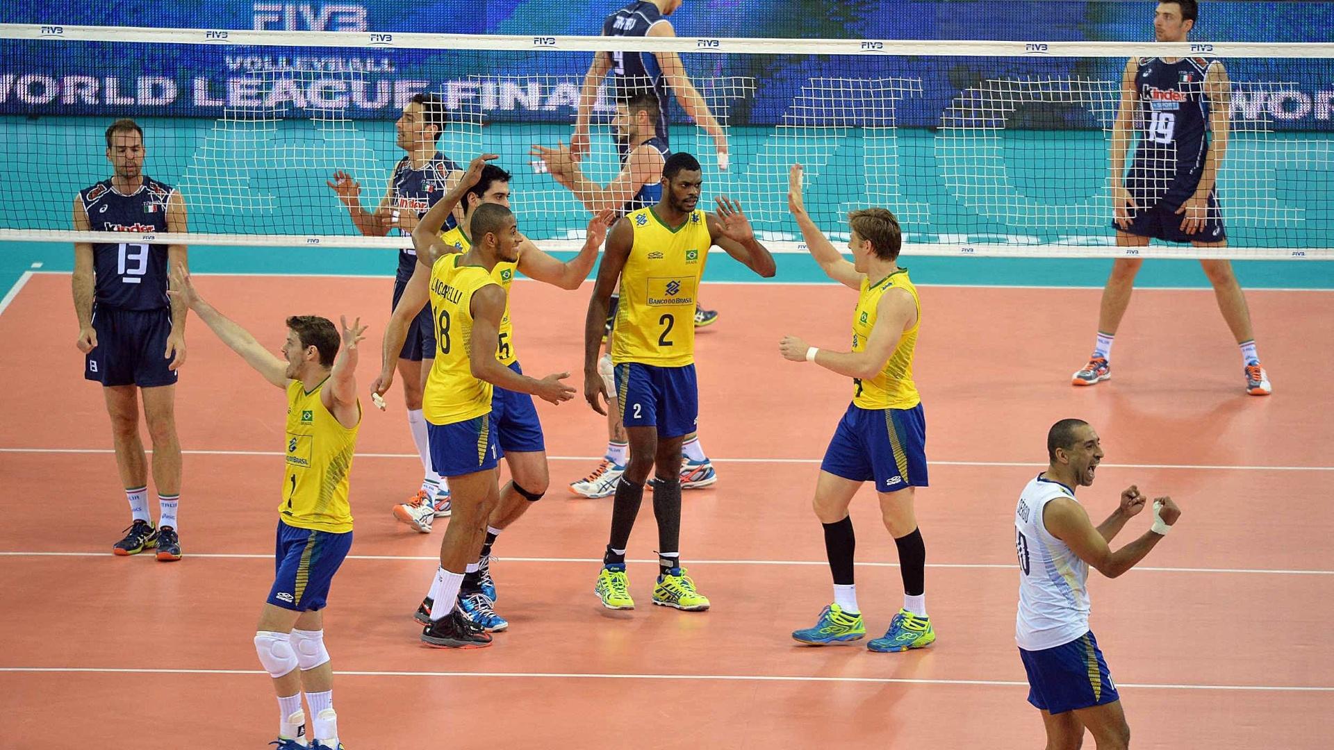 Brasil comemora ponto durante a partida contra a Itália na Liga Mundial de Vôlei