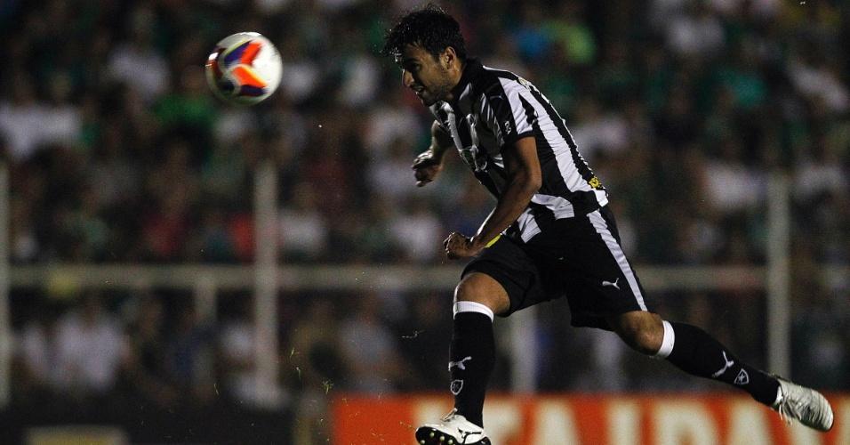 Camacho cabeceia a bola no duelo do Botafogo contra o Luverdense, na Série B