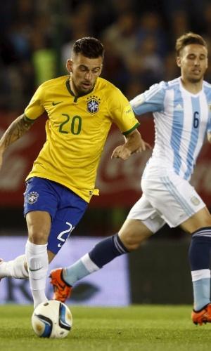 Lucas Lima tenta jogada acompanhado pela marcação de Biglia