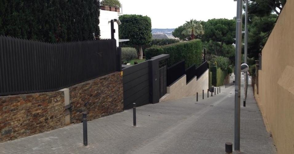 A casa de Neymar é vigiada por várias câmeras e pertence a um empresário de Barcelona