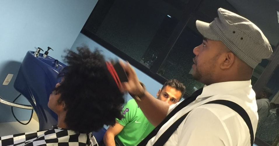 """William, do Chelsea, utilizou a esponja """"magic black"""", especial para cabelos black power"""