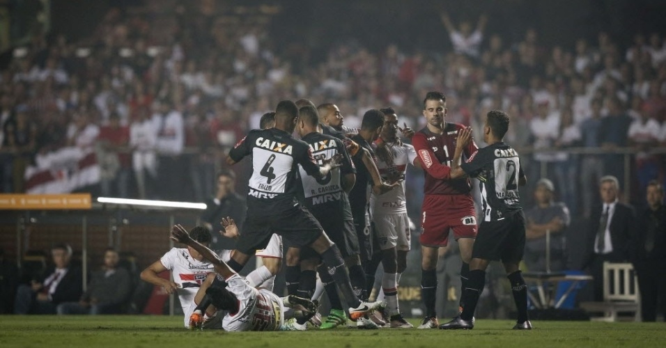 Jogadores de São Paulo e Atlético-MG protagonizam confusão durante jogo no Morumbi pelas quartas de final da Libertadores