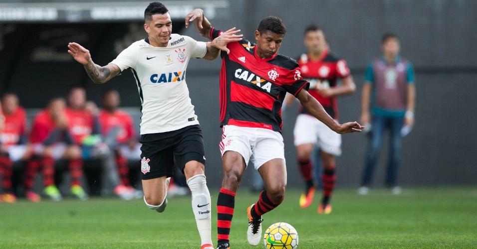Luciano e Márcio Araújo disputam a bola na partida entre Corinthians X Flamengo