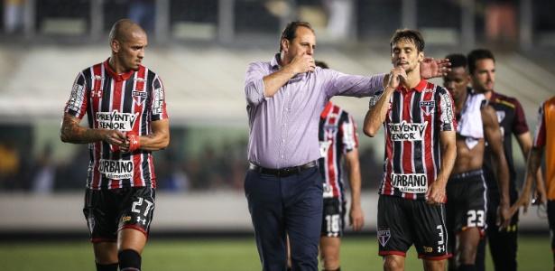O técnico Rogério Ceni conversa com Rodrigo Caio no intervalo do clássico, na Vila