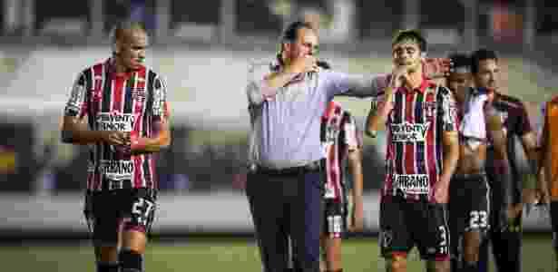 Rodrigo Caio conversa com Rogério Ceni no intervalo de jogo contra o Santos - Ricardo Nogueira/Folhapress - Ricardo Nogueira/Folhapress