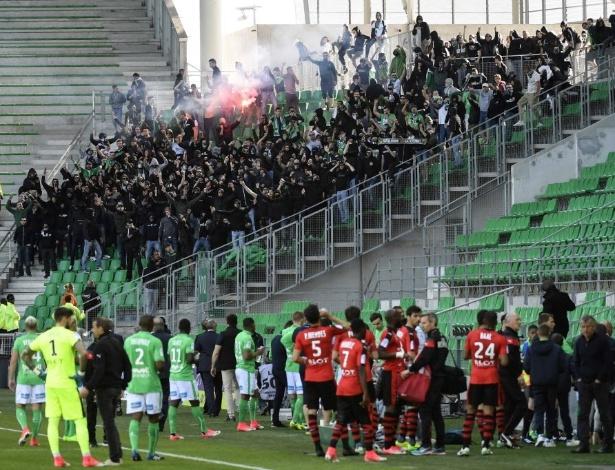 Torcedores do Saint-Etienne invadem campo
