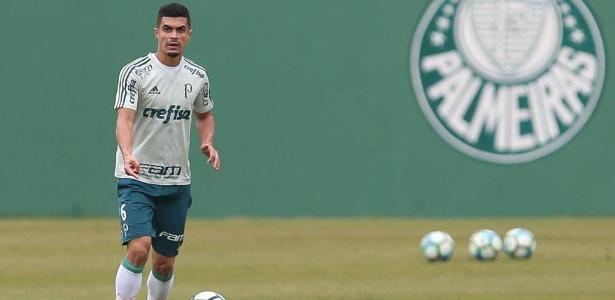 Egídio prepara passe durante treino do Palmeiras