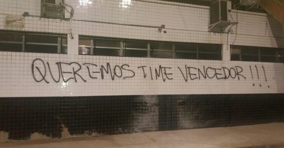 Queremos time vencedor pixação Vila Belmiro Santos