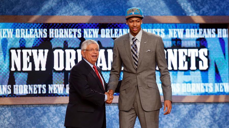 David Stern aperta a mão de Anthony Davis, primeira escolha do Draft de 2012 - Mike Segar /Reuters