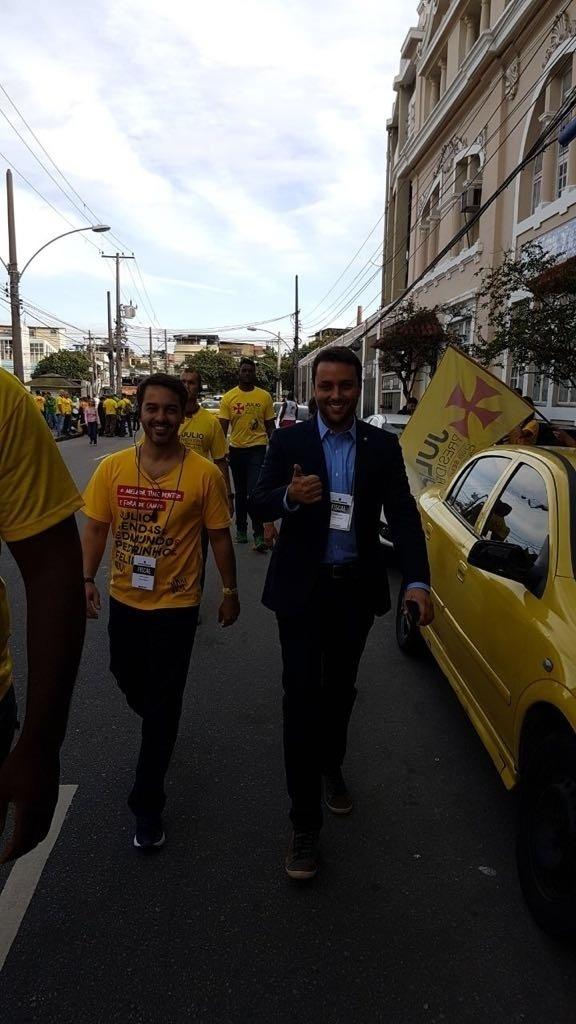 Candidato Julio Brant no momento da chegada