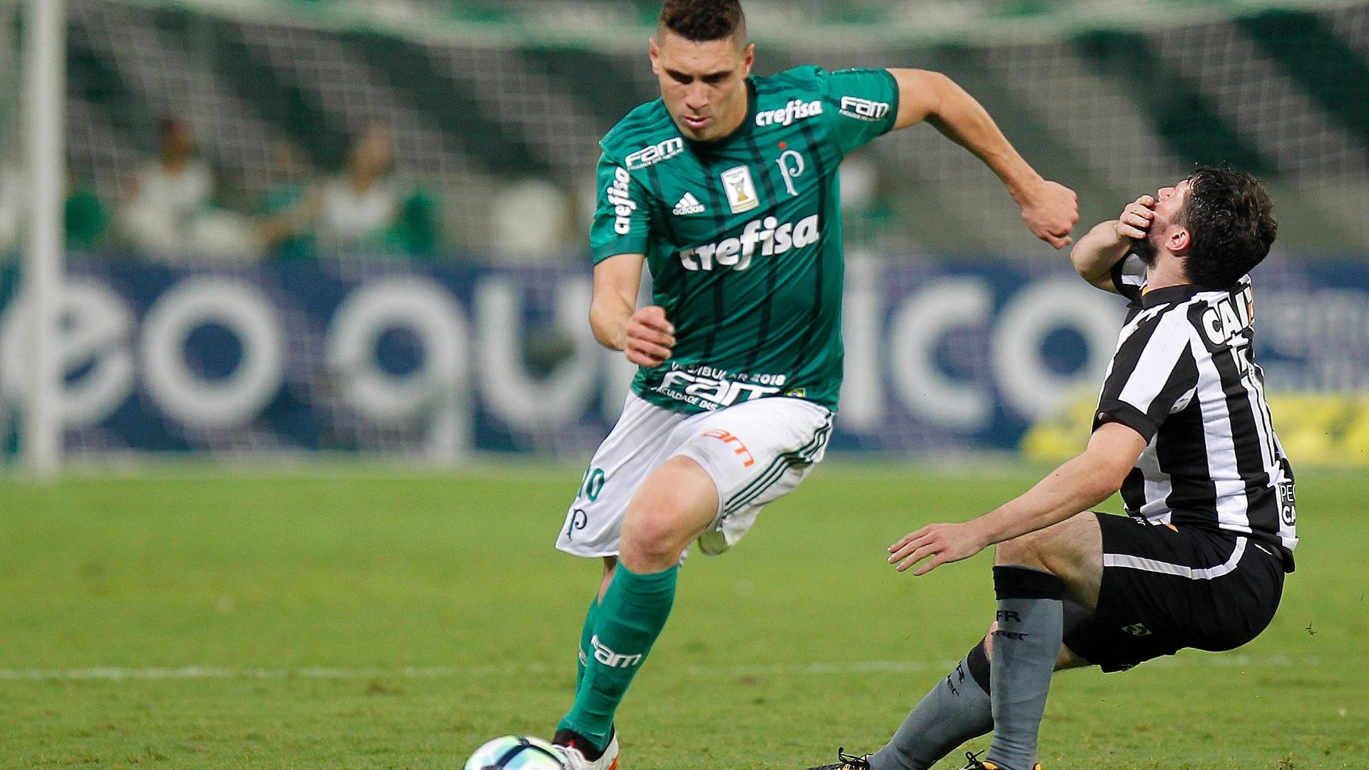Moisés passa pela marcação de João Paulo na partida entre Palmeiras e Botafogo