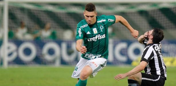 Moisés em ação pelo Palmeiras durante jogo contra o Botafogo