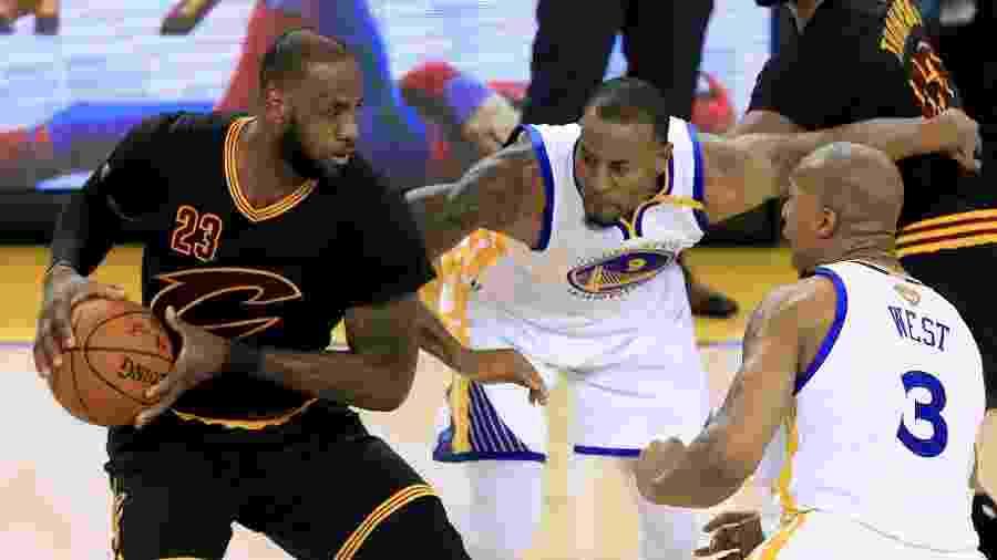 David West na marcação de LeBron James em jogo da NBA - Ronald Martinez/Getty Images