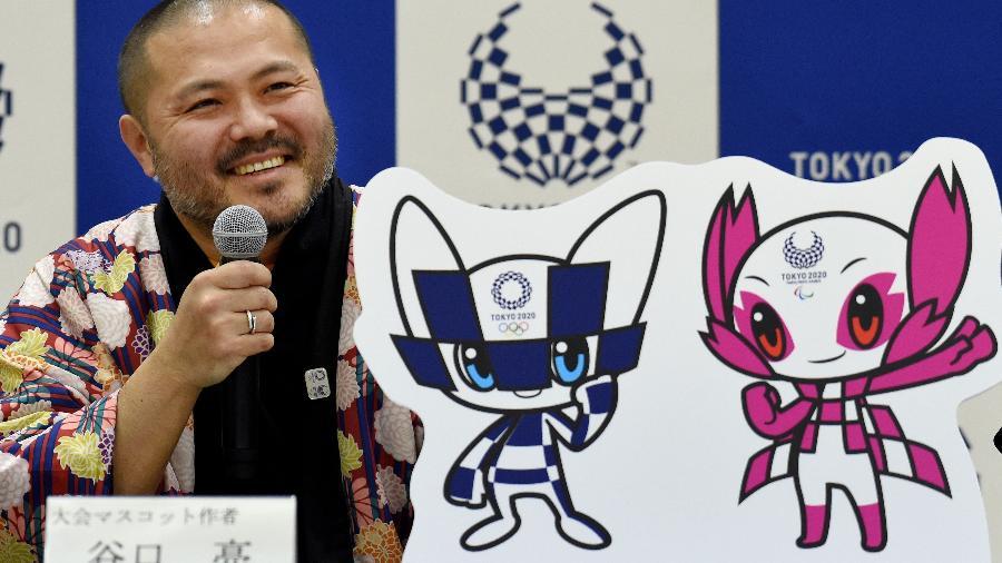 O designer RyoTaniguchi, criador das mascotes que foram escolhido em votação pelo público  - Toru Yamanaka/AFP