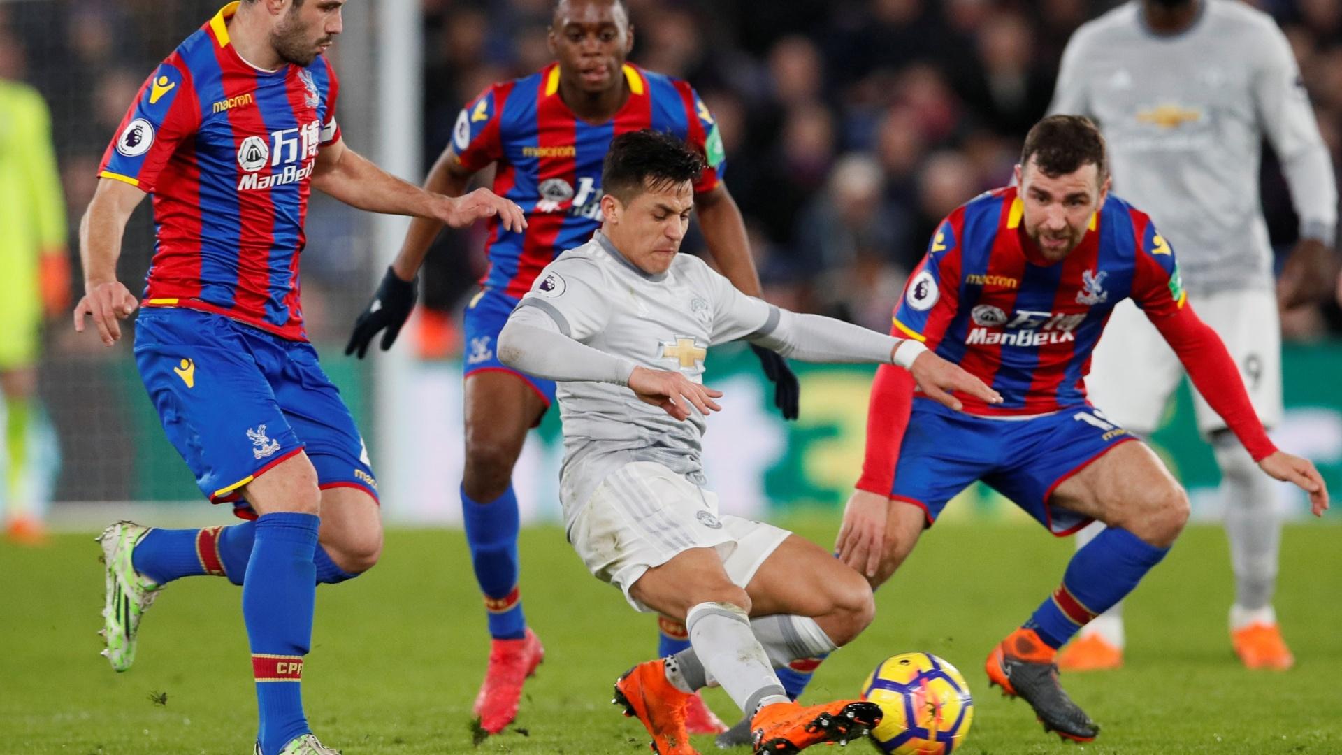 Alexis Sánchez é cercado por três marcadores do Crystal Palace