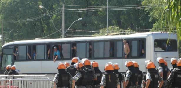 Torcedor do Grêmio na janela quebrada do ônibus da torcida do Grêmio