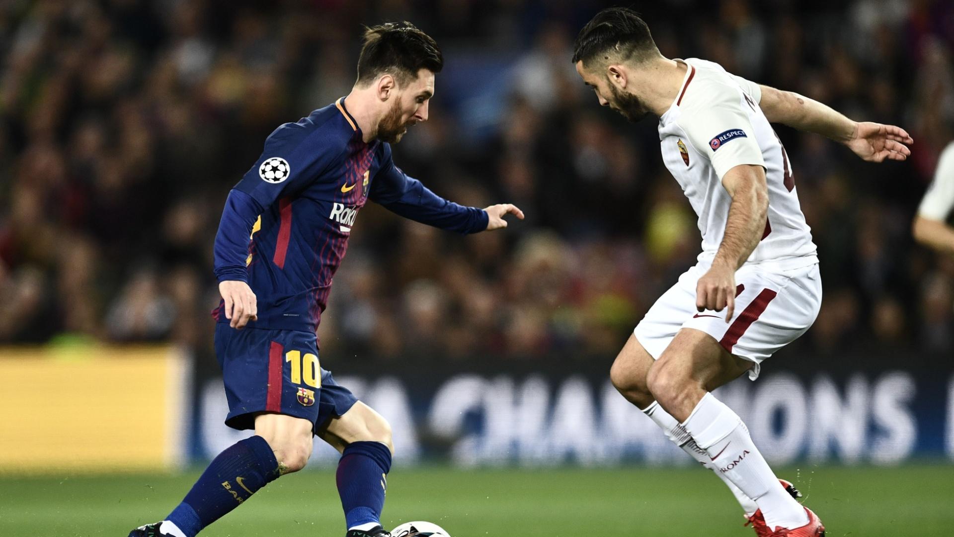 Lionel Messi tenta passar pela marcação de Kostas Manolas