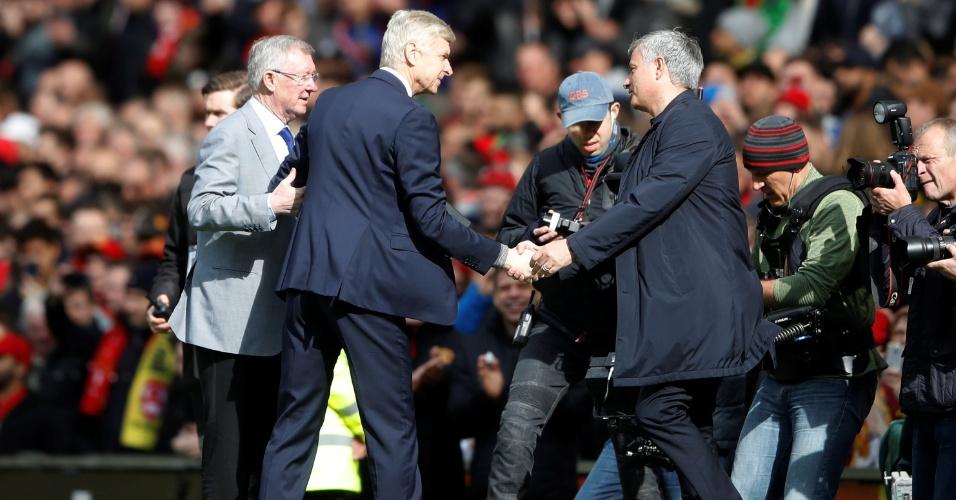 Alex Ferguson e José Mourinho prestam homenagem a Arsene Wenger