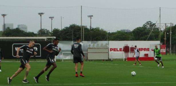 D'Alessandro corre ao lado de Edenílson em treinamento do Internacional