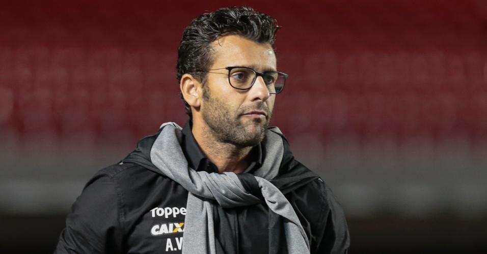 O técnico Alberto Valentim acompanha o jogo entre São Paulo e Botafogo