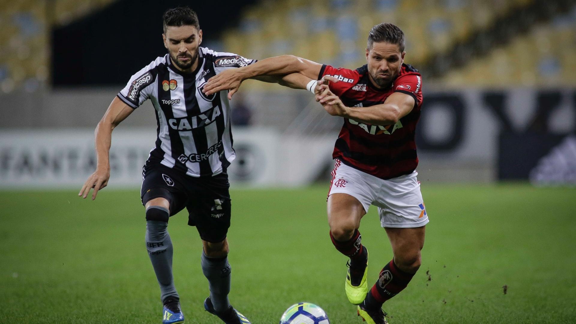 Rodrigo Pimpão disputa bola com Diego durante a partida entre Botafogo e Flamengo
