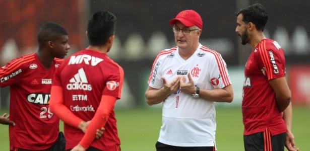 Dorival Júnior orienta jogadores em treino; tem obtido bons resultados no Flamengo - Gilvan de Souza/ Flamengo