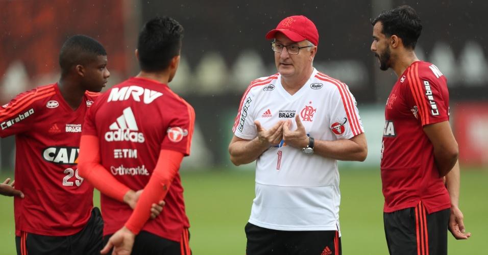 Dorival Júnior orienta os três centroavantes do Flamengo em treinamento no Ninho do Urubu