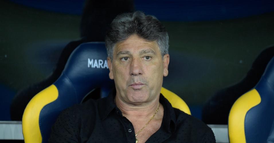 O técnico Renato Gaúcho acompanha o jogo do Grêmio contra o Flamengo