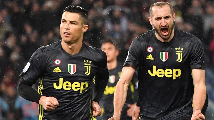 Cristiano Ronaldo e Chiellini comemoram gol da Juventus no Campeonato Italiano - Andreas Solaro/AFP