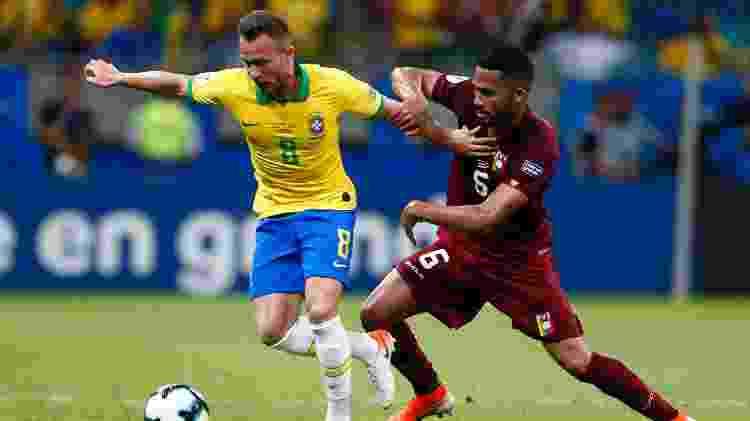 Arthur voltou ao time titular e teve trabalho para organizar a saída de bola da seleção brasileira - Thiago Calil/AGIF