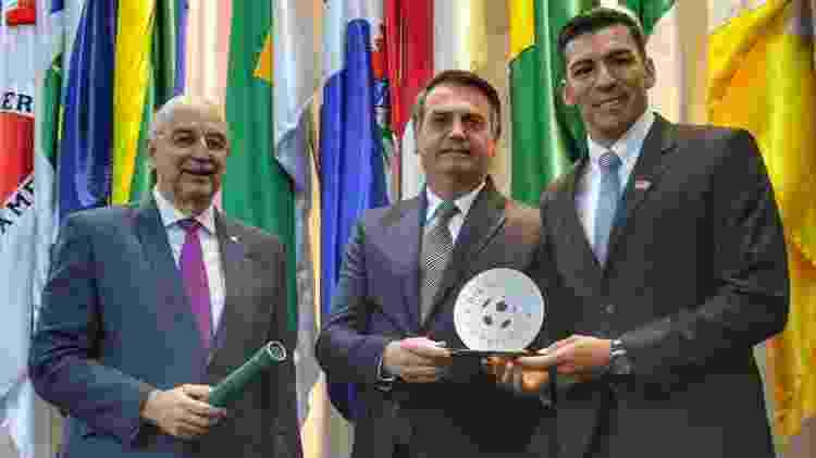 Osmar Terra, ministro da Cidadania e o presidente Jair Bolsonaro ao lado de Lúcio, ex-zagueiro da seleção brasileira - Divulgação