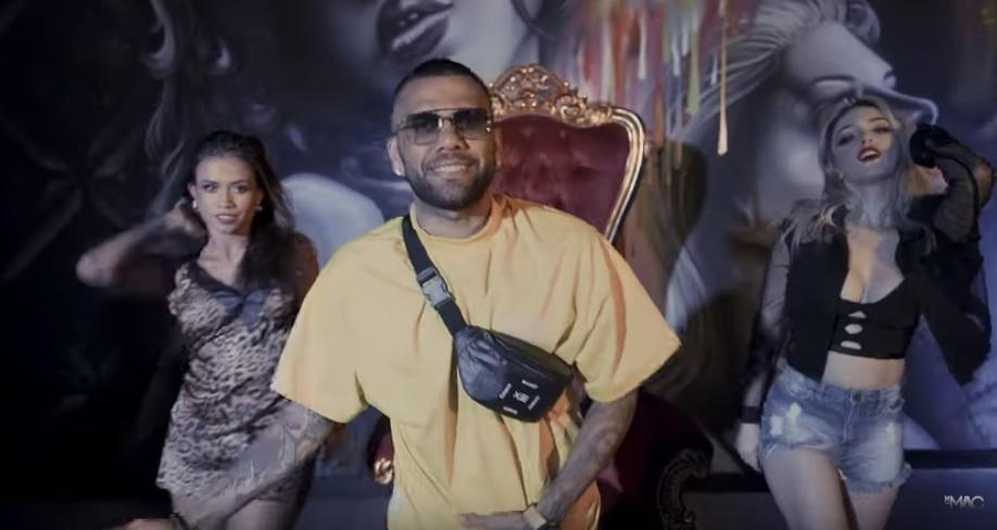 Daniel Alves canta e dança em videoclipe de MC MAC