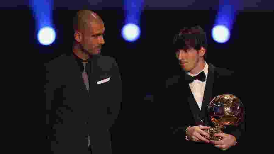 Pep Guardiola observa Lionel Messi após argentino ganhar a Bola de Ouro - Michael Steele/Getty Images
