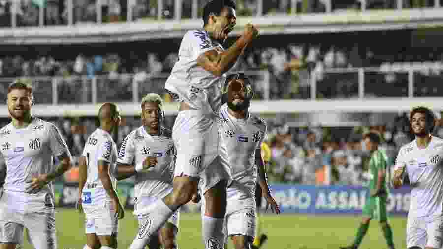 Jogadores do Santos comemoram gol em partida contra a Chapecoense - JOTA ERRE/AGÊNCIA O DIA/AGÊNCIA O DIA/ESTADÃO CONTEÚDO