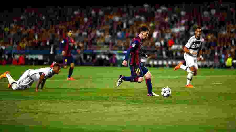 Jerome Boateng fica no chão após drible de Messi em jogo histórico na Champions League de 2015 - Vladimir Rys Photography/Getty Images