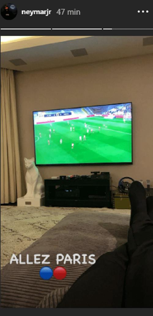 Neymar assistindo jogo do PSG