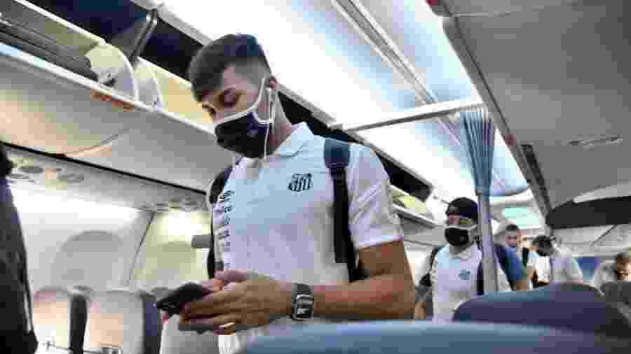 Kaio Jorge em avião fretado pelo Santos rumo ao Paraguai - Ivan Storti/Santos FC