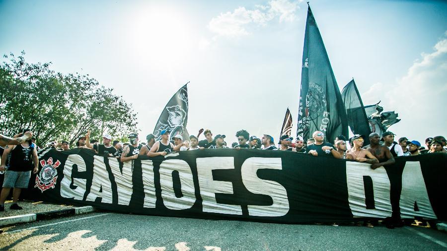 Gaviões da Fiel, torcida organizada do Corinthians, protesta na porta do CT - DANILO FERNANDES/ESTADÃO CONTEÚDO